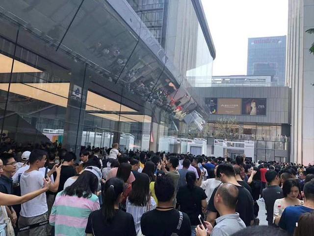 Người Trung Quốc xếp hàng mua điện thoại mới của Huawei - Ảnh 3.