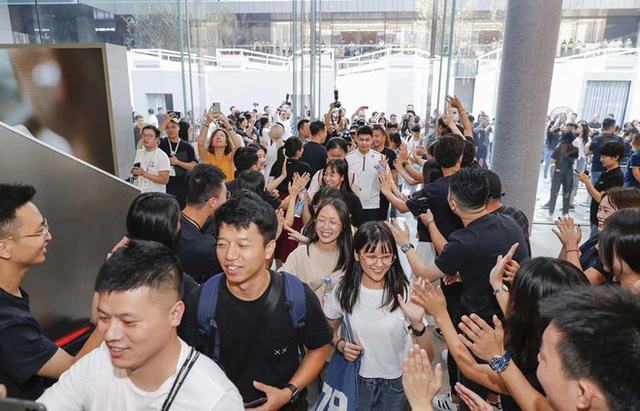 Người Trung Quốc xếp hàng mua điện thoại mới của Huawei - Ảnh 5.