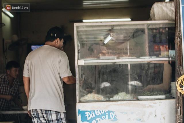 Một tuần sau vụ cháy kho Rạng Đông: Người dân sống cùng khẩu trang nhưng chợ cóc, quán ăn vẫn tấp nập như trước - Ảnh 6.