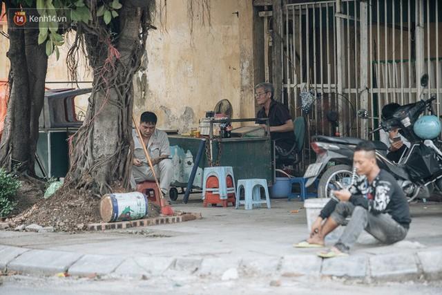 Một tuần sau vụ cháy kho Rạng Đông: Người dân sống cùng khẩu trang nhưng chợ cóc, quán ăn vẫn tấp nập như trước - Ảnh 8.