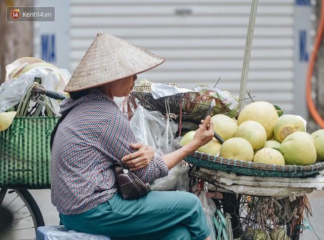 Một tuần sau vụ cháy kho Rạng Đông: Người dân sống cùng khẩu trang nhưng chợ cóc, quán ăn vẫn tấp nập như trước - Ảnh 10.