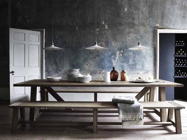 Chiếc bàn ăn dài, ghế không có tựa lưng phù hợp để bày trong căn phòng thiết kế đơn giản, ít đồ vật hay quán ăn phục vụ nhiều khác