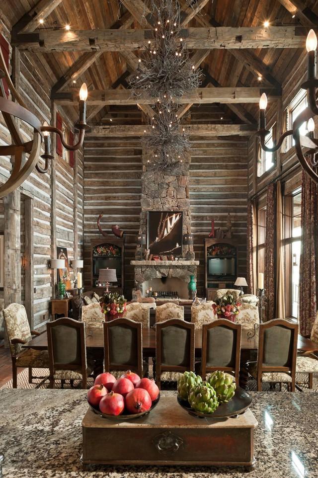 Lò sưởi được làm bằng đá và bộ bàn ghế bọc nỉ mang phong cách cổ điển là nét khác lạ của phòng ăn này.