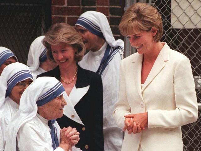 Công nương Diana: Cuộc đời đẫm nước mắt của đoá hồng nước Anh xinh đẹp, tài hoa nhưng bạc mệnh - Ảnh 18.