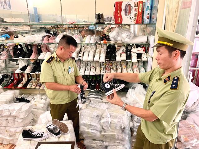 Thu giữ hơn 700 sản phẩm thời trang giả mạo nhãn hiệu Hermes, Adidas... - Ảnh 1.