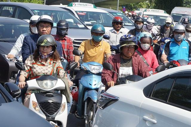 Biển người đang dồn về sân bay Tân Sơn Nhất  - Ảnh 13.