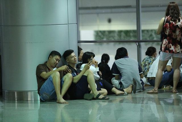 Biển người đang dồn về sân bay Tân Sơn Nhất  - Ảnh 3.
