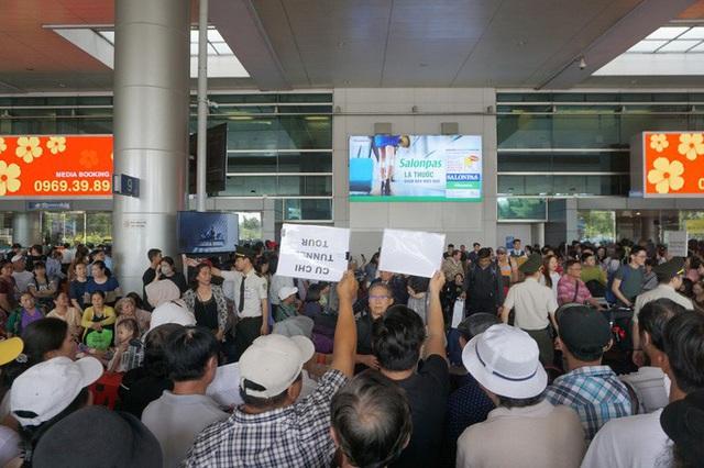Biển người đang dồn về sân bay Tân Sơn Nhất  - Ảnh 8.