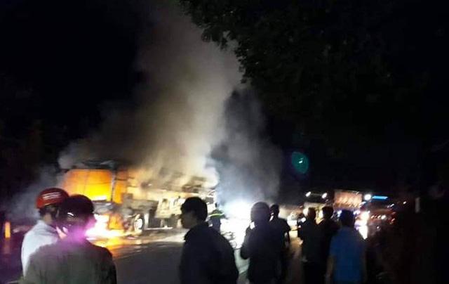 Xe khách giường nằm bị nổ lốp, cháy rụi trên Quốc lộ 20 - Ảnh 1.