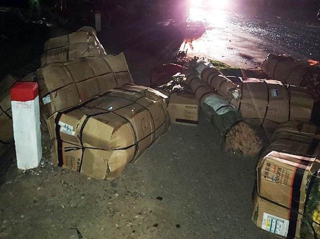 Xe khách giường nằm bị nổ lốp, cháy rụi trên Quốc lộ 20 - Ảnh 2.