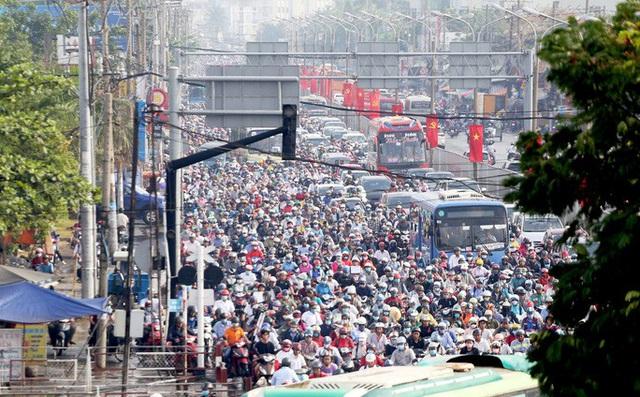 TP HCM: Hàng chục ngàn người đổ ra đường đến bến xe - Ảnh 2.