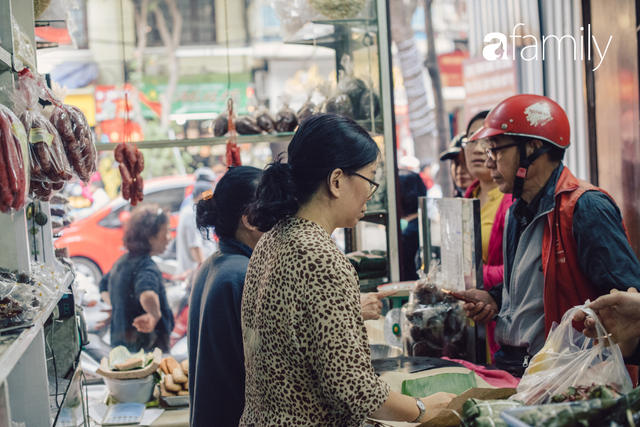 Tiệm giò chả 200 năm tuổi, cứ Tết đến lại xếp hàng như thời bao cấp trên phố Hàng Bông và triết lý kinh doanh lạ: Không cần con nối nghiệp - Ảnh 2.