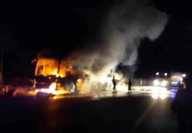 Xe khách giường nằm bị nổ lốp, cháy rụi trên Quốc lộ 20 - Ảnh 3.
