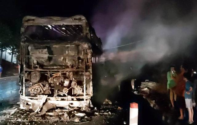 Xe khách giường nằm bị nổ lốp, cháy rụi trên Quốc lộ 20 - Ảnh 4.