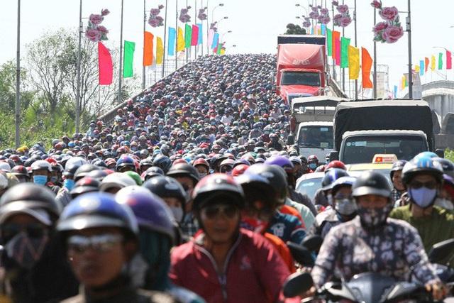 TP HCM: Hàng chục ngàn người đổ ra đường đến bến xe - Ảnh 4.