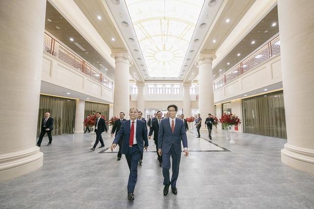 Chủ tịch Phạm Nhật Vượng cắt băng khánh thành VinUni: Mục tiêu trở thành 1 trong 50 trường đại học trẻ hàng đầu thế giới - Ảnh 1.