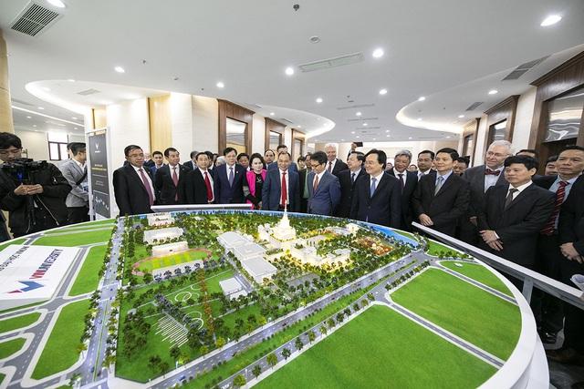Chủ tịch Phạm Nhật Vượng cắt băng khánh thành VinUni: Mục tiêu trở thành 1 trong 50 trường đại học trẻ hàng đầu thế giới - Ảnh 4.