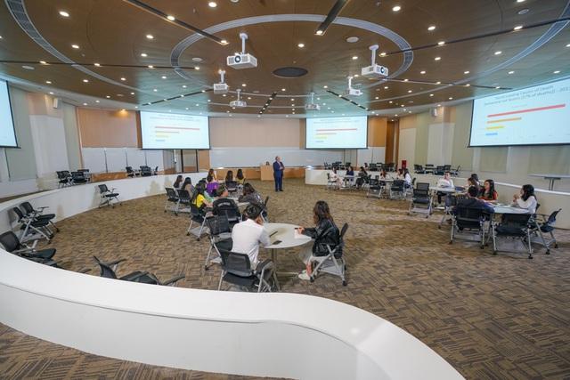 Chủ tịch Phạm Nhật Vượng cắt băng khánh thành VinUni: Mục tiêu trở thành 1 trong 50 trường đại học trẻ hàng đầu thế giới - Ảnh 6.