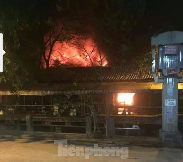 Cháy chợ trong đêm, hàng chục ki ốt bị thiêu rụi - Ảnh 2.