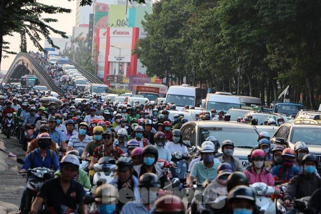 Nghẹt thở qua cửa ngõ sân bay Tân Sơn Nhất những ngày cuối năm - Ảnh 1.