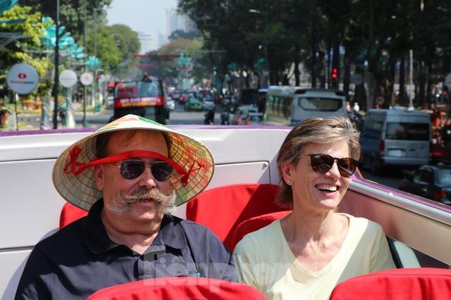 Người Sài Gòn háo hức trải nghiệm xe buýt 2 tầng mui trần lần đầu xuất hiện - Ảnh 11.