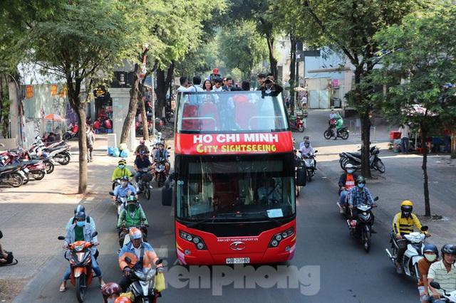 Người Sài Gòn háo hức trải nghiệm xe buýt 2 tầng mui trần lần đầu xuất hiện - Ảnh 14.