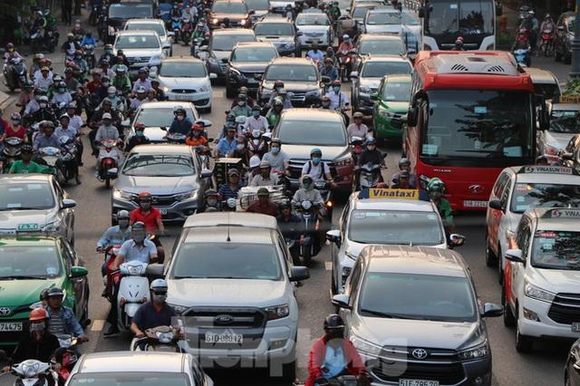 Nghẹt thở qua cửa ngõ sân bay Tân Sơn Nhất những ngày cuối năm - Ảnh 4.