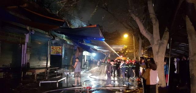 Cháy chợ trong đêm, hàng chục ki ốt bị thiêu rụi - Ảnh 6.
