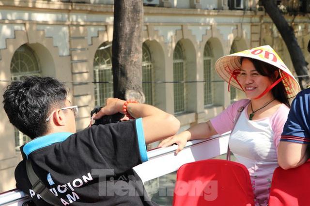 Người Sài Gòn háo hức trải nghiệm xe buýt 2 tầng mui trần lần đầu xuất hiện - Ảnh 9.