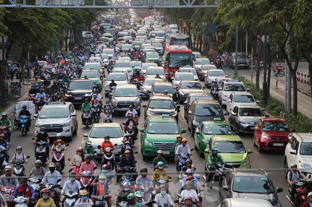 Nghẹt thở qua cửa ngõ sân bay Tân Sơn Nhất những ngày cuối năm - Ảnh 9.