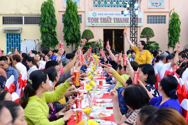 """Ăn Tết cùng """"người lạ"""" và thông điệp gắn kết nhân văn đằng sau bàn tiệc dài nhất châu Á - Ảnh 9."""