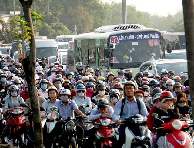 Kinh hoàng cảnh kẹt xe trên mọi ngả đường khu Đông TP HCM - Ảnh 2.