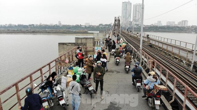 Cầu Long Biên tắc cứng vì người dân thả cá tiễn ông Công ông Táo - Ảnh 1.