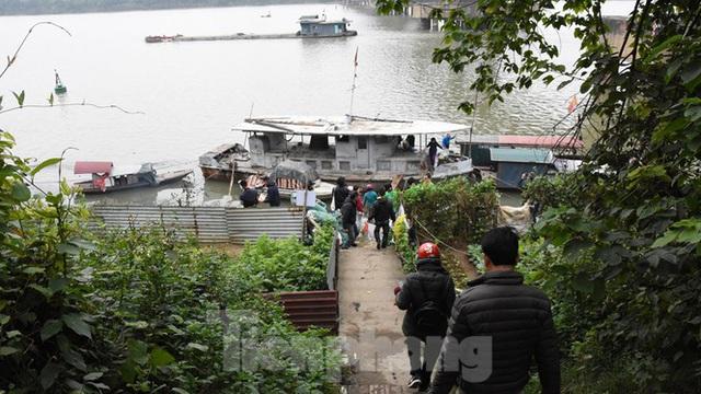 Cầu Long Biên tắc cứng vì người dân thả cá tiễn ông Công ông Táo - Ảnh 13.
