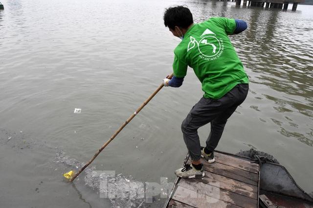 Cầu Long Biên tắc cứng vì người dân thả cá tiễn ông Công ông Táo - Ảnh 14.