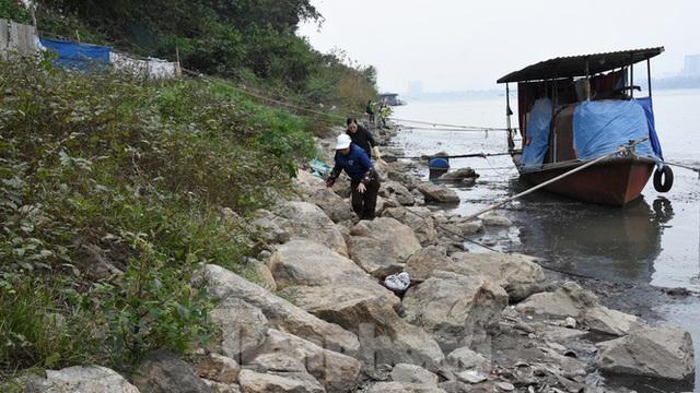 Cầu Long Biên tắc cứng vì người dân thả cá tiễn ông Công ông Táo - Ảnh 18.