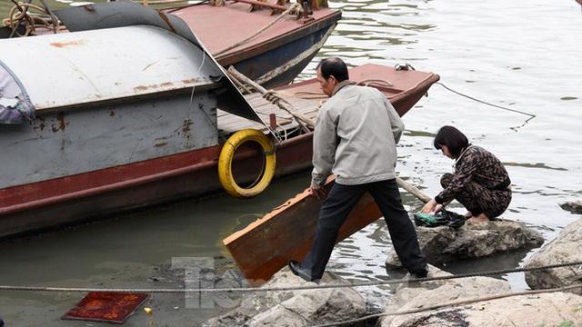 Cầu Long Biên tắc cứng vì người dân thả cá tiễn ông Công ông Táo - Ảnh 19.