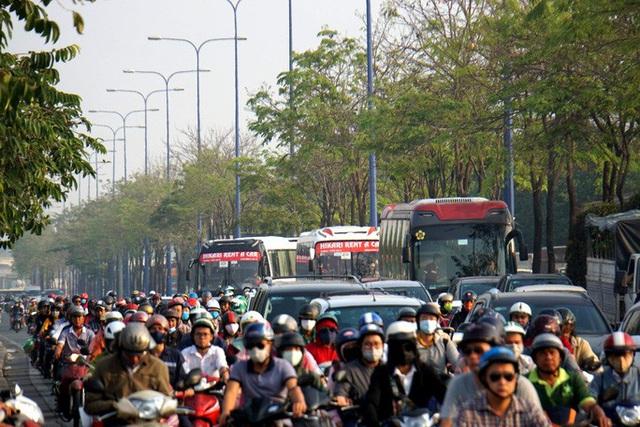Kinh hoàng cảnh kẹt xe trên mọi ngả đường khu Đông TP HCM - Ảnh 5.