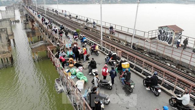 Cầu Long Biên tắc cứng vì người dân thả cá tiễn ông Công ông Táo - Ảnh 6.