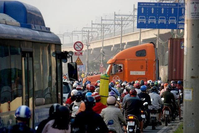 Kinh hoàng cảnh kẹt xe trên mọi ngả đường khu Đông TP HCM - Ảnh 8.