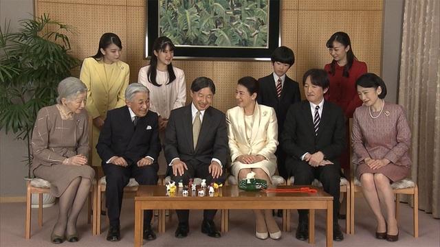 Hoàng gia Nhật công bố ảnh chụp đại gia đình chào mừng năm mới 2020, gây chú ý nhất là màn đọ sắc của 3 nàng công chúa  - Ảnh 3.