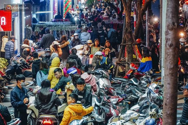 Phố Chùa Bộc tung sale khủng với thông báo lời lãi gì tầm này, người dân chen nhau mua sắm ùn tắc cả dãy phố - Ảnh 1.