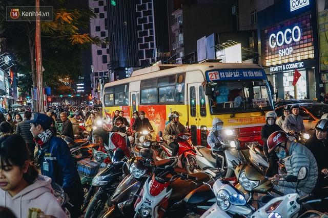 Phố Chùa Bộc tung sale khủng với thông báo lời lãi gì tầm này, người dân chen nhau mua sắm ùn tắc cả dãy phố - Ảnh 2.