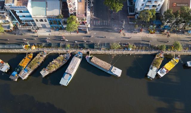 Ảnh: Thuyền chở đầy ắp hoa nối đuôi nhau cập bến Bình Đông, chợ hoa trên bến dưới thuyền rộn ràng sắc xuân ngày cận Tết - Ảnh 3.