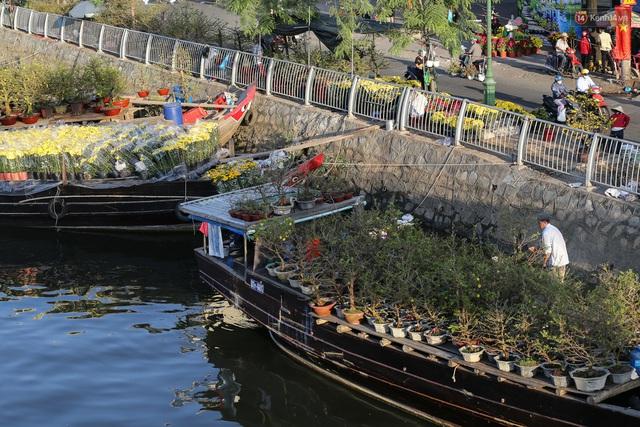 Ảnh: Thuyền chở đầy ắp hoa nối đuôi nhau cập bến Bình Đông, chợ hoa trên bến dưới thuyền rộn ràng sắc xuân ngày cận Tết - Ảnh 8.