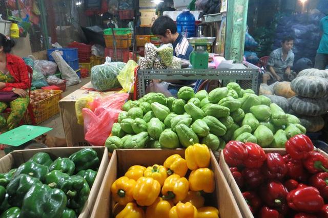 Rau xanh nhảy giá, trái cây rẻ như cho - Ảnh 9.