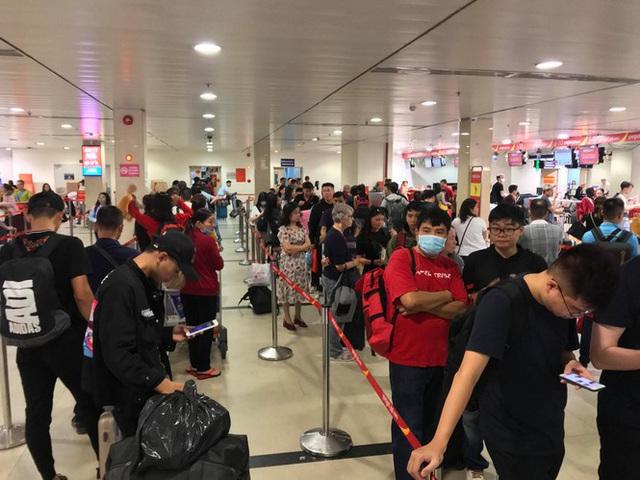 Vạn người vật vờ ở sân bay Tân Sơn Nhất ngày 28 tết - Ảnh 2.