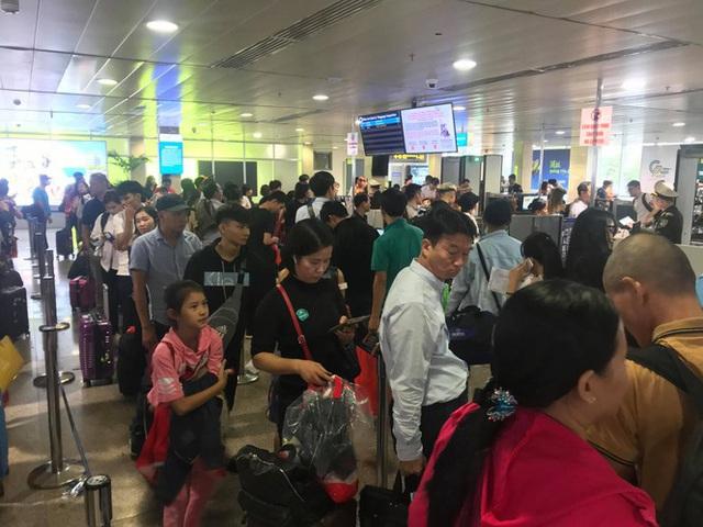 Vạn người vật vờ ở sân bay Tân Sơn Nhất ngày 28 tết - Ảnh 3.