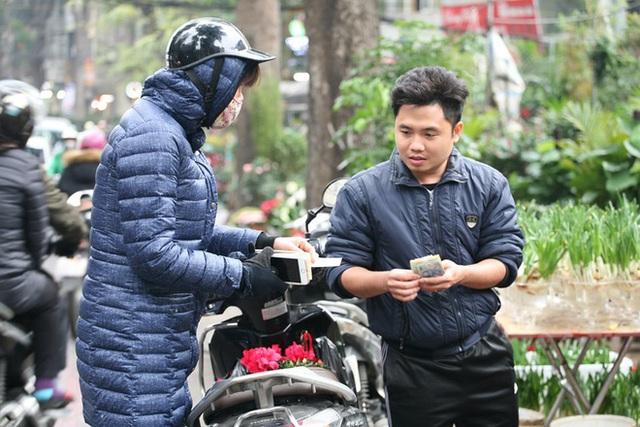 Mặc thời tiết mưa rét, người dân chen chân mua hoa Tết tại chợ hoa lâu đời nhất Hà Nội - Ảnh 10.