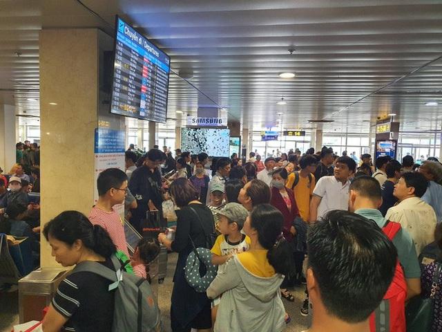 Đường ra sân bay vắng, máy bay xếp hàng chờ cất cánh ở Tân Sơn Nhất  - Ảnh 7.